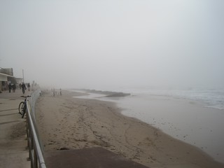 תמונה של Praia de Carcavelos ליד Carcavelos. winter beach portugal fog carcavelos