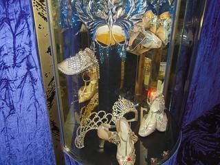 Lido の画像. 75 paris capitale patrimoine 8emearrondissement cabaret lelido chaussures france frankreich îledefrance champsélysées journéesdupatrimoine diadème