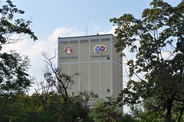 La fábrica ha crecido y la cerveza que se comercializa ya no se hace en barriles de cobre ... ... junto a la vieja e histórica fábrica está la nueva ...  Paulaner y el arte de la cerveza de Munich - 6175547987 49d8038b4e z - Paulaner y el arte de la cerveza de Munich