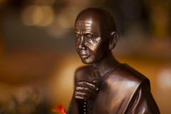 Budista envuelto en Bokeh