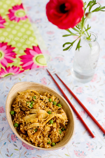 Fried brown rice with shikate mushrooms and peas