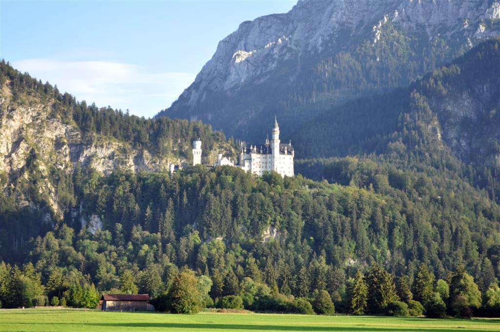 Schoss Neuschwanstein en lo alto de la montaña desde la pradera de Schwagau [object object] - 6178404612 241c752a7c o - Schwangau, La villa de los Castillos Reales de ensueño
