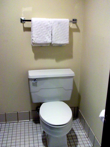 wisconsin tile bathroom hotel inn lodging room motel toilet restroom motelroom towels wi commode oshkosh laquintainn foxrivervalley foxcities foxrivercities