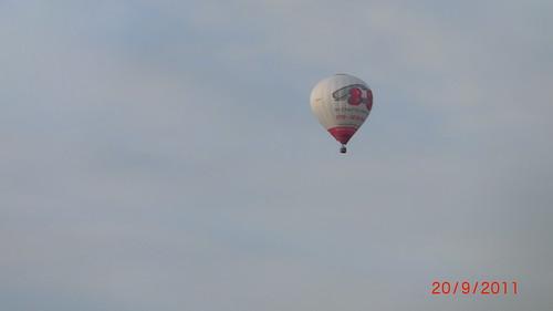 Der schuppige und riesige Skorpion fliegt Lenkung des Ballons zum Tafelberg am Horizont. Voller Freude sehe Ich ihn lachen wie ein lebendiger Regenbogen, Hui Ich weine ein Hallo an den Himmel 080