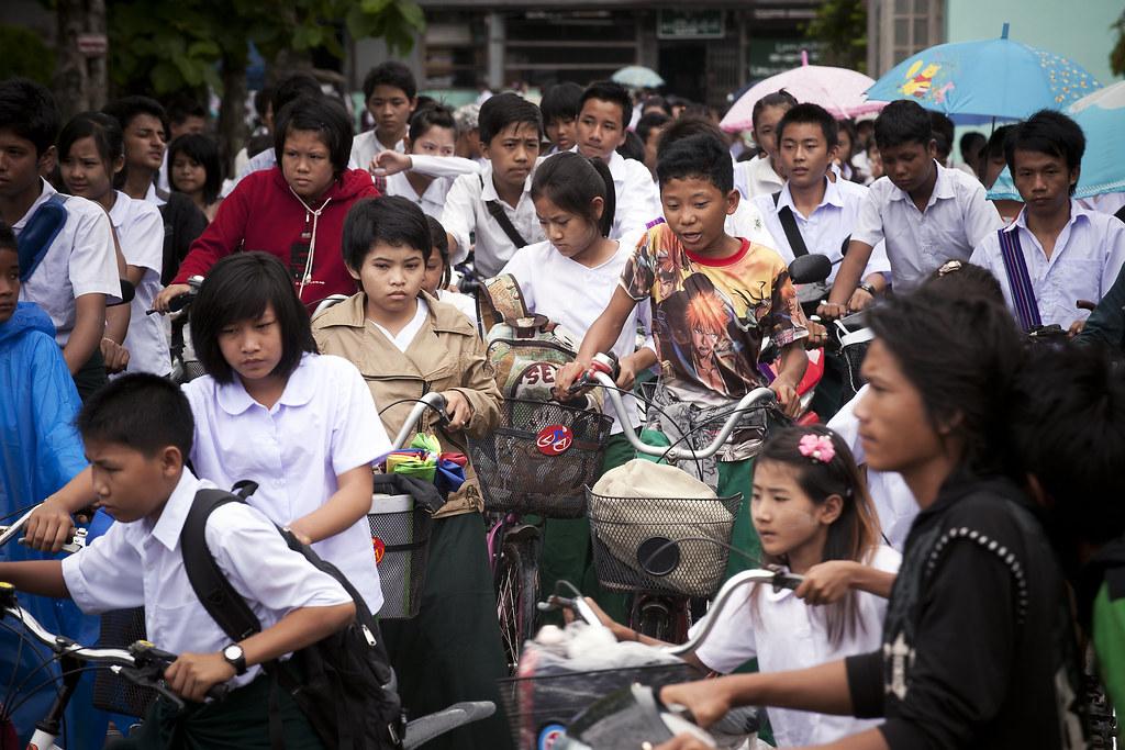Estudantes em Mianmar na volta para casa. Foto: ONU/Kibae Park
