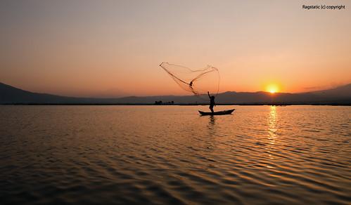 light sunset sky mountain lake net silhouette indonesia volcano boat exposure calm yogyakarta merapi rawapening