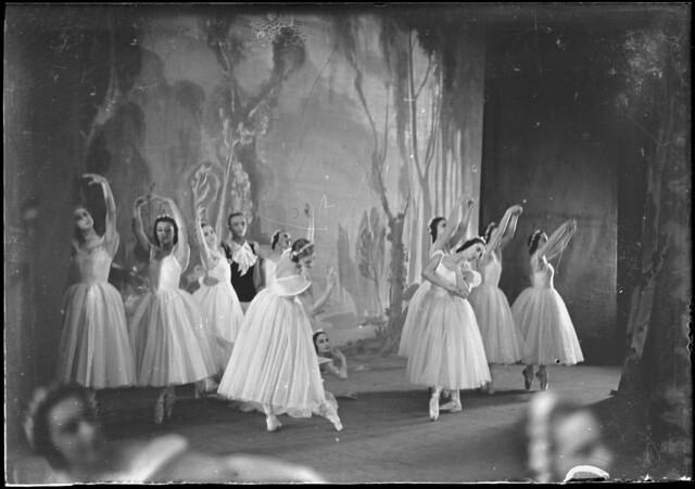 Les sylphides, featuring Marguerite Gontcharova, Galina Razoumova, Anna Volkova, Phyllida Cooper, Therese Moulin and Sonia Orlova, [3].