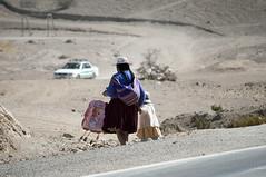 Donna quechua con bambina fuori Villazon