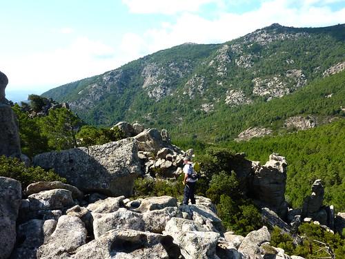 Après le col 840m : la crête rocheuse descendant au Castellu