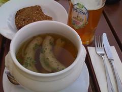 Bierzipfel: Süß-saure Schweinswürstchen, serviert im Zwiebel-Biersud dazu Braumalzbrot