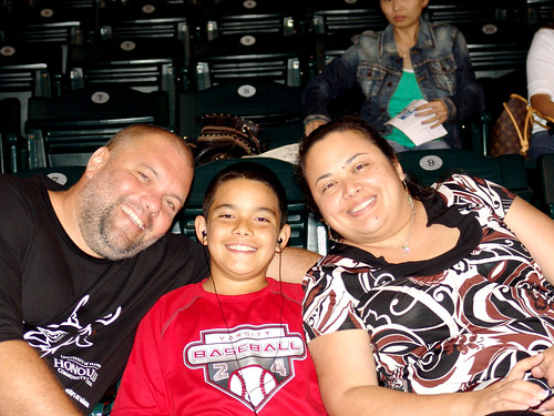 <p>Family members joined employees from UH's seven O'ahu  campuses in support of Aloha United Way at the UH AUW Softball Tourment at Les Murakami Stadium on Sept. 30, 2011</p>