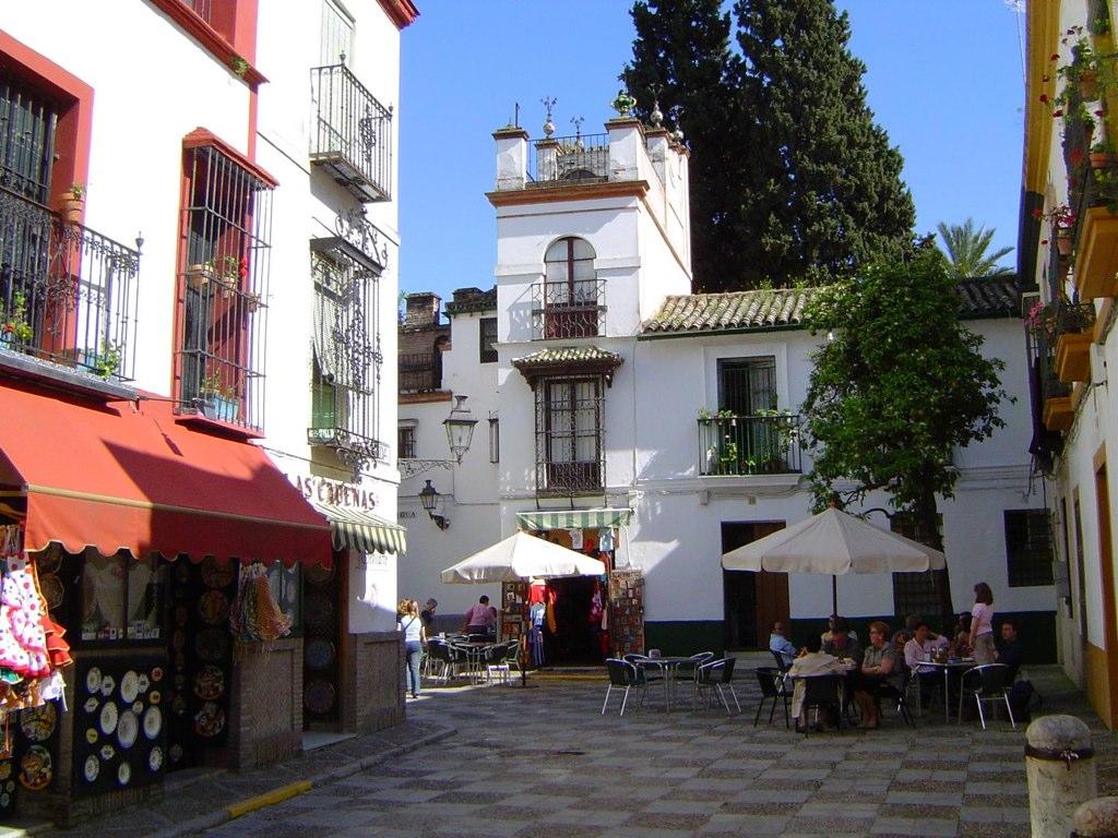 Barrio Santa Cruz - ceramica shop to left