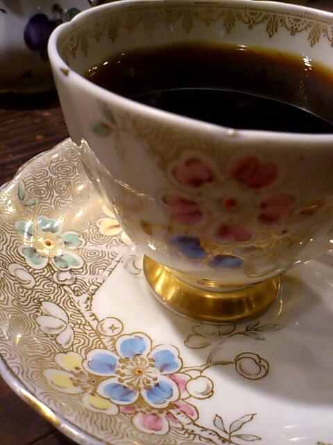 今日着ている、茶色ベースのプリントに金糸の飾りが入ったインド綿のブラウスにとっても雰囲気が合ってるのね。