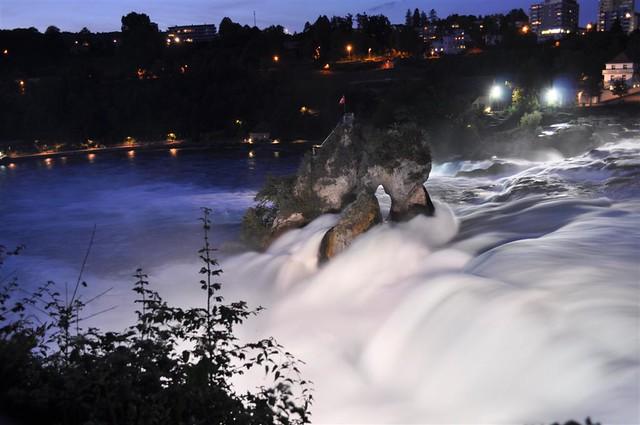 Vista nocturna de las cataratas con iluminación artificial rheinfall - 6153839154 f4765379d7 z - Rheinfall, la gran catarata europea