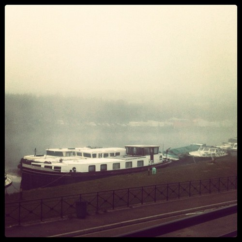 早上8:40房間窗外的河面上,霧氣蒸騰