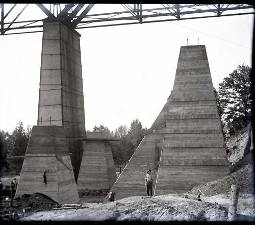 Photograph of the 1914 steel viaduct construction project.