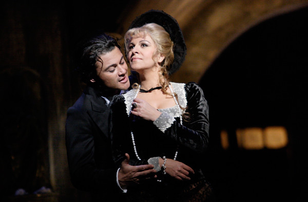 Vittorio Grigolo as Faust and Angela Gheorghiu as Marguérite in Faust © Catherine Ashmore/ROH 2011