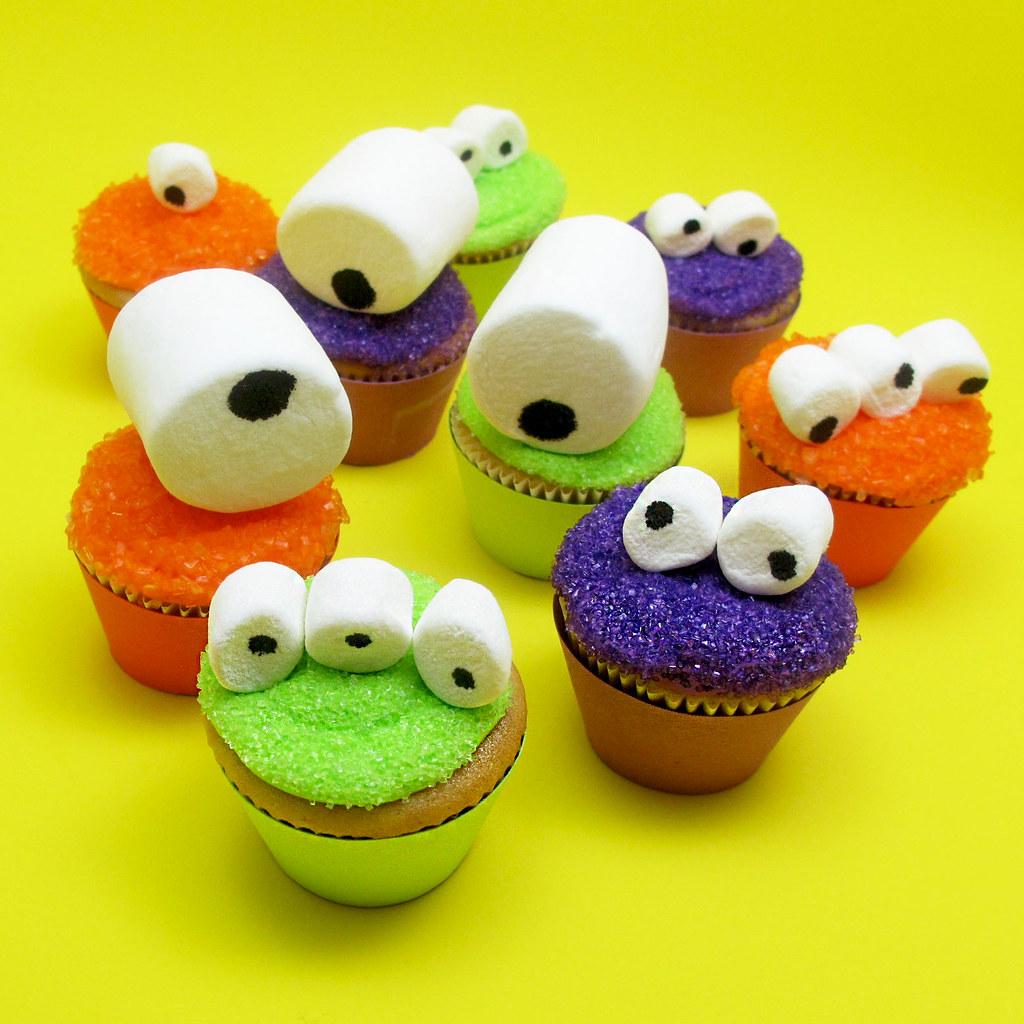 Googly eye fun marshmallow monster halloween cupcakes for for Halloween mini cupcake decorating ideas