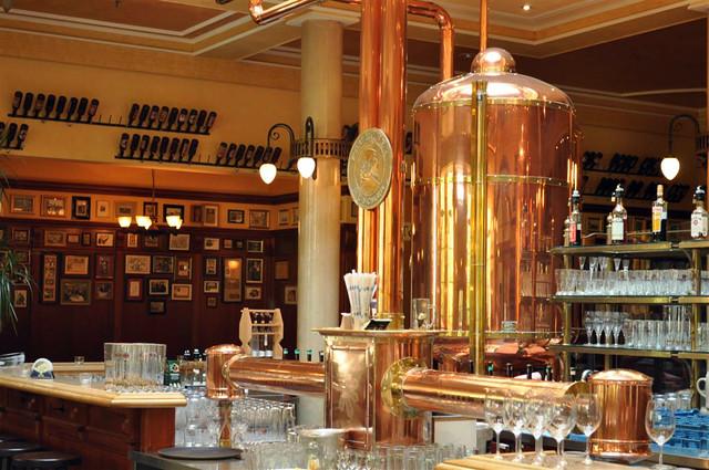 El bar del interior de la fábrica es un museo ... paredes cargadas de recuerdos y viejas fotos que nos relatan la historia de ésta cerveza. Paulaner y el arte de la cerveza de Munich - 6176078752 ac26cc7498 z - Paulaner y el arte de la cerveza de Munich