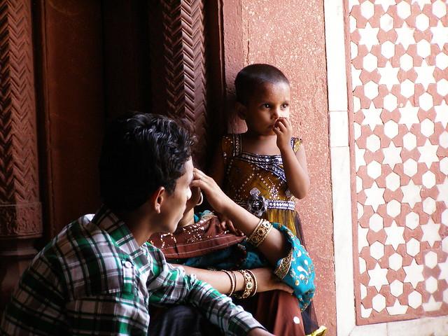 在逛胡馬雍陵的印度游客