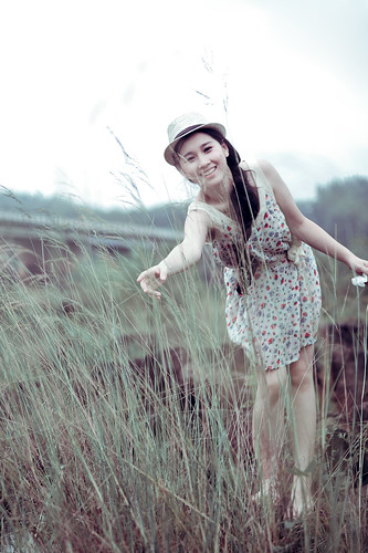 無料写真素材, 人物, 女性  アジア, 人物  草原, 帽子, ワンピース・ドレス