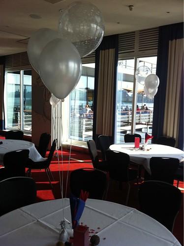 Tafeldecoratie 3ballonnen Transparant met Witte Hartjes Delta Hotel Vlaardingen