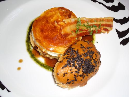 Zaragoza | Paraninfo Flor | Tarta de hojaldre, cebolla de Fuentes D.O. y bacon en compota con trancha de queso de cabra a la sartén y salsa de Oporto