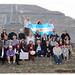 Coronostro enarbolando la bandera argentina frente a la pirámide!