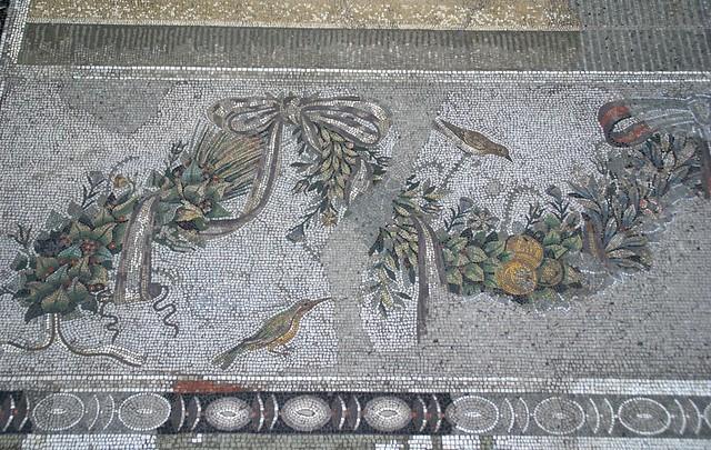 berlin pergamonmuseum mosaik einer girlande mit drei v geln aus pergamon mosaic of a garland. Black Bedroom Furniture Sets. Home Design Ideas