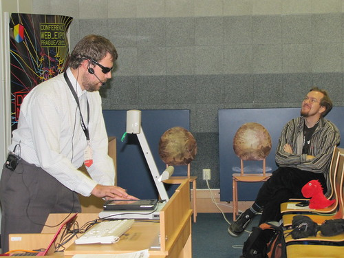 Martin Hassman a Mozilla zaujatě sledují, jak Roman Kabelka ukazuje přehrání mp3 poslepu