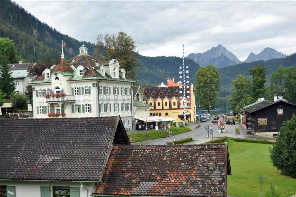 Calle principal del prueblo de Schwagau que acaba en el cristalino Lago schwangau, la villa de los castillos reales de ensueño - 6177883757 51785ce1a3 o - Schwangau, La villa de los Castillos Reales de ensueño