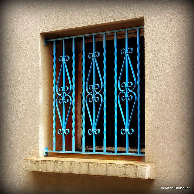 Petite fen tre avec barreaux en fer forg bleu flickr for Petite fenetre