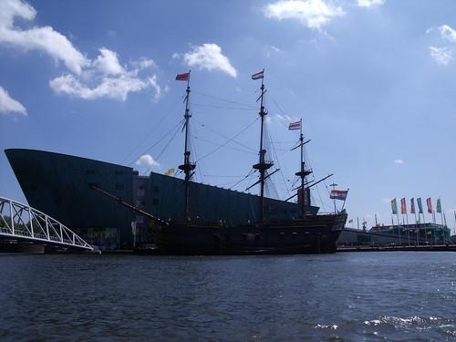 2010.07.14 Amsterdam 04 Blue Boat City Canal Cruise 109 Replica van de Amsterdam voor Science Center NEMO