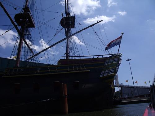2010.07.14 Amsterdam 04 Blue Boat City Canal Cruise 113 Replica van de Amsterdam voor Science Center NEMO
