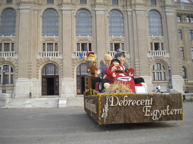 Carroza en la entrada de la Universidad de Debrecen