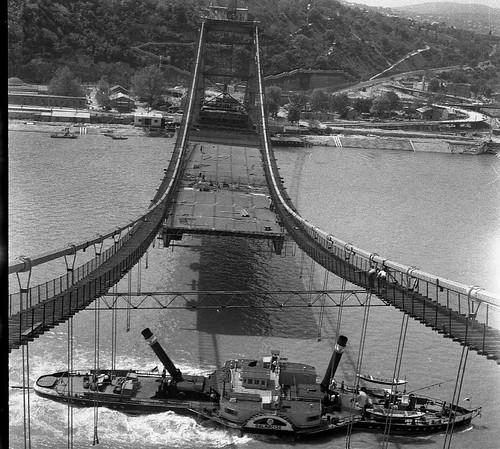 Bara István: Gőzös épülő Erzsébet hídnál