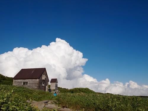 避難小屋に迫る夏の雲