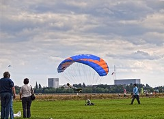 toy(0.0), paragliding(1.0), parachute(1.0), air sports(1.0), sports(1.0), parachuting(1.0), windsports(1.0), powered paragliding(1.0), extreme sport(1.0),