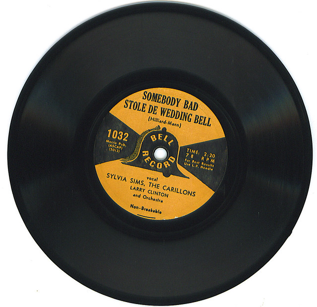 Sylvia Sims, The Carillons & Larry Clinton Orchestra - Somebody Bad Stole De Wedding Bell (78)