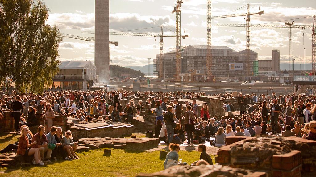 Publikum på ruinene i Middelalderparken, Øya 2011