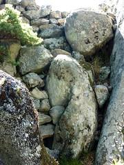 Sommet du Castellacciu : en contrebas du castellu, les restes d'enceinte