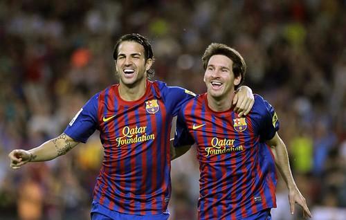 El centrocampista del FC Barcelona, Cesc Fàbregas (i), felicita al delantero argentino Lionel Messi por su gol