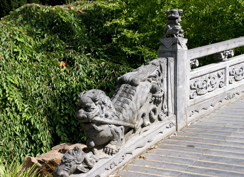 Frankfurt, chinesischer Garten, Löwe an der Brücke des halben ...