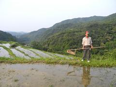 里山倡議在台灣開花結果,圖為貢寮農民示範傳統捕蟲技術。