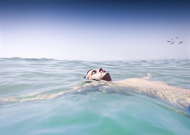 ragazzo che fa il bagno in mare