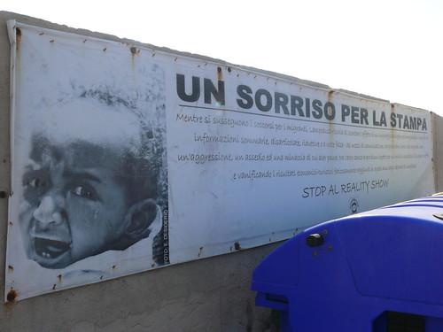 Lampedusa, un sorriso per la stampa