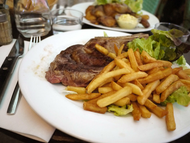 Entrecote grillee, sauce bearnaise, pommes sautees, salade verte