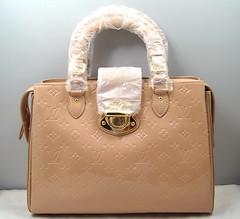 bag(1.0), shoulder bag(1.0), brown(1.0), handbag(1.0), leather(1.0), tote bag(1.0), beige(1.0), tan(1.0), brand(1.0),