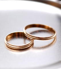 rings(0.0), wedding ceremony supply(1.0), ring(1.0), metal(1.0), jewellery(1.0), bangle(1.0), circle(1.0), wedding ring(1.0),