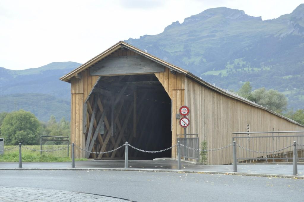 Puente de Madera en la entrada a Vaduz, en Liechtenstein Liechtenstein, el pequeño país de los alpes - 6116915100 378eb7ca99 o - Liechtenstein, el pequeño país de los alpes